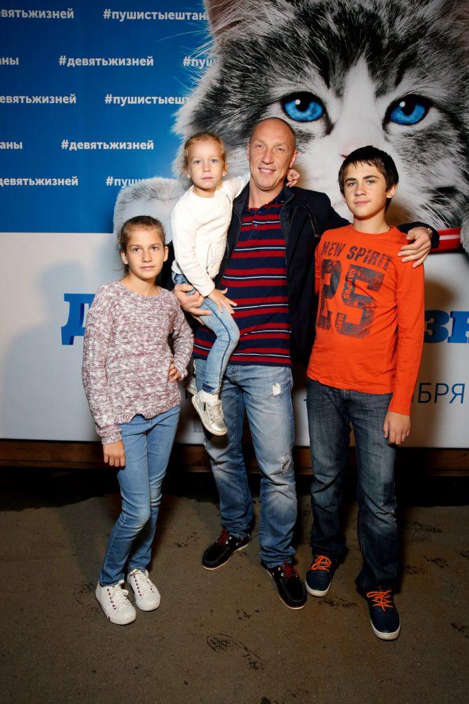 Максим Коновалов с детьми