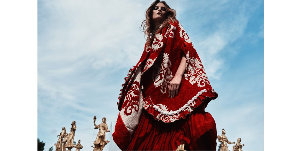 LOOK 1 – кейп SIMONE ROCHA, платье GUCCI