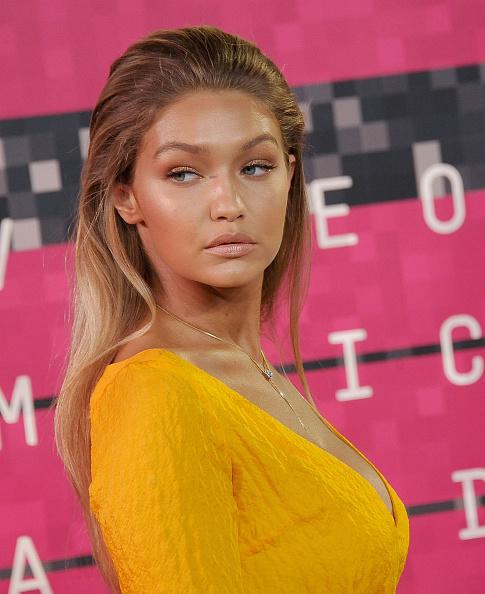Модель Джиджи Хадид (20) предпочла актуальный в этом сезоне образ в стиле ньюд. Так называемый макияж без макияжа идеально сочетался с зачесанными назад волосами, хотя с бронзатором Джиджи все-таки переборщила.
