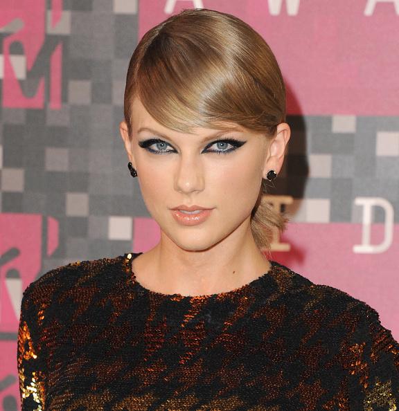 Победительница номинации «Видео года» Тейлор Свифт (25) выглядела очень стильно. Кошачьи глаза и убранные в низкий хвост волосы с боковой челкой очень ей подошли.