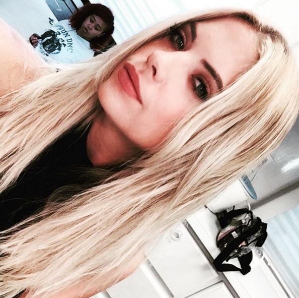 Актриса Эшли Бенсон, 25