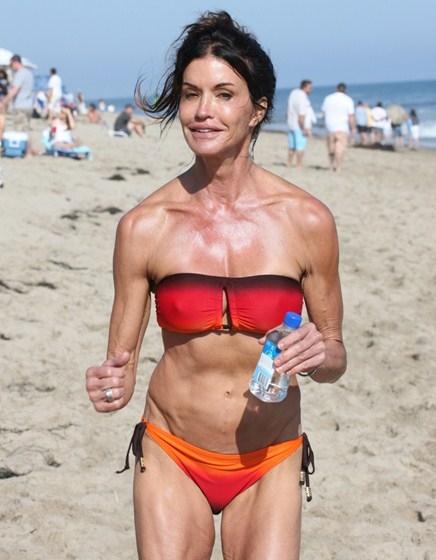 Дженис Дикинсон (61) всегда была стройной и красивой моделью, но к старости превратилась в ходячую груду костей.
