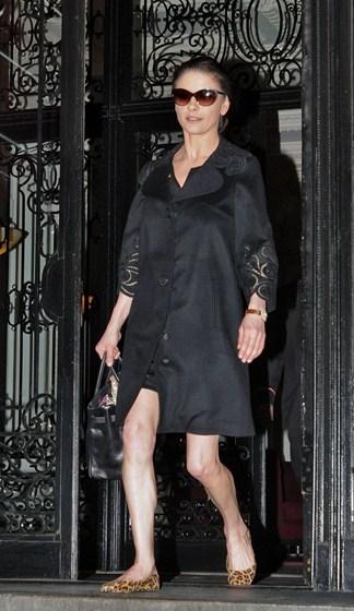 И у Кэтрин Зета-Джонс (46) был период, когда она пыталась идти в ногу со временем. Но только вспомните горячую пышногрудую брюнетку из фильма «Зорро».