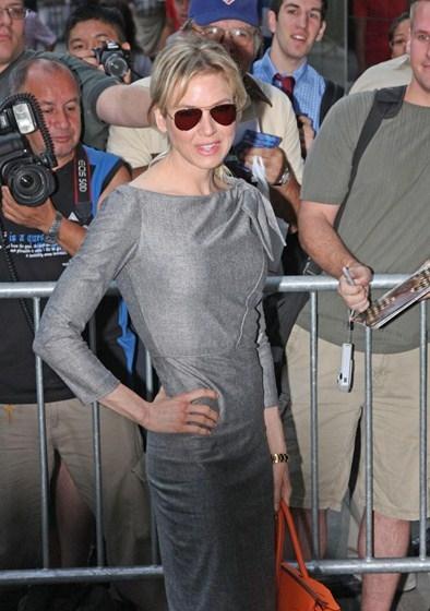 Рене Зеллвегер (46) много и беспощадно экспериментировала со своей внешностью. Для роли в фильме «Дневник Бриджит Джонс» она поправилась, а в «Чикаго» похудела до костей.