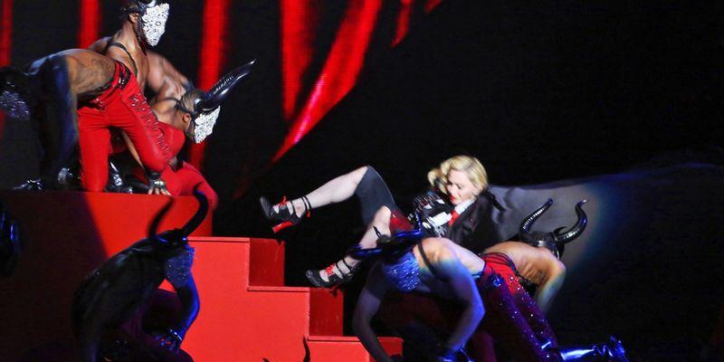 Мадонна падает со сцены на своем концерте