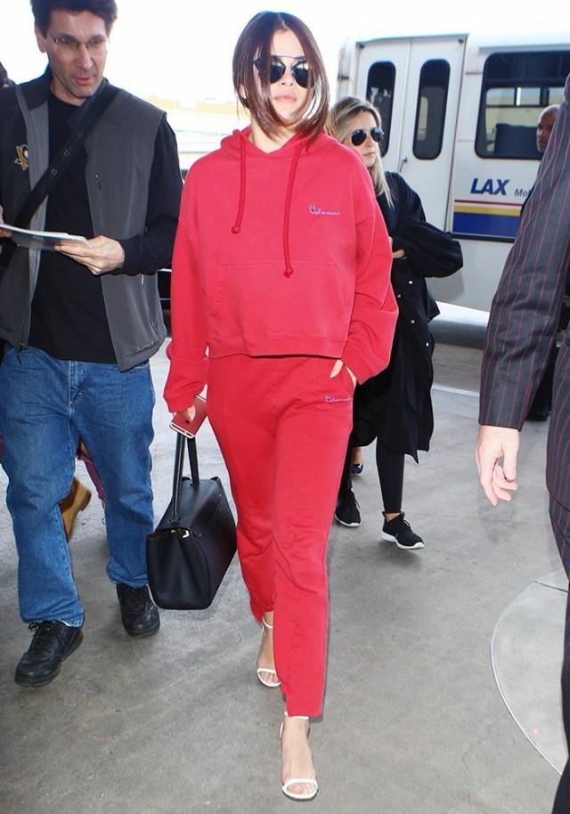 Селена Гомес (24) в спортивном костюме Vetements,  $890 (56170 р.) и очках Dior, $843 (53109 р.)