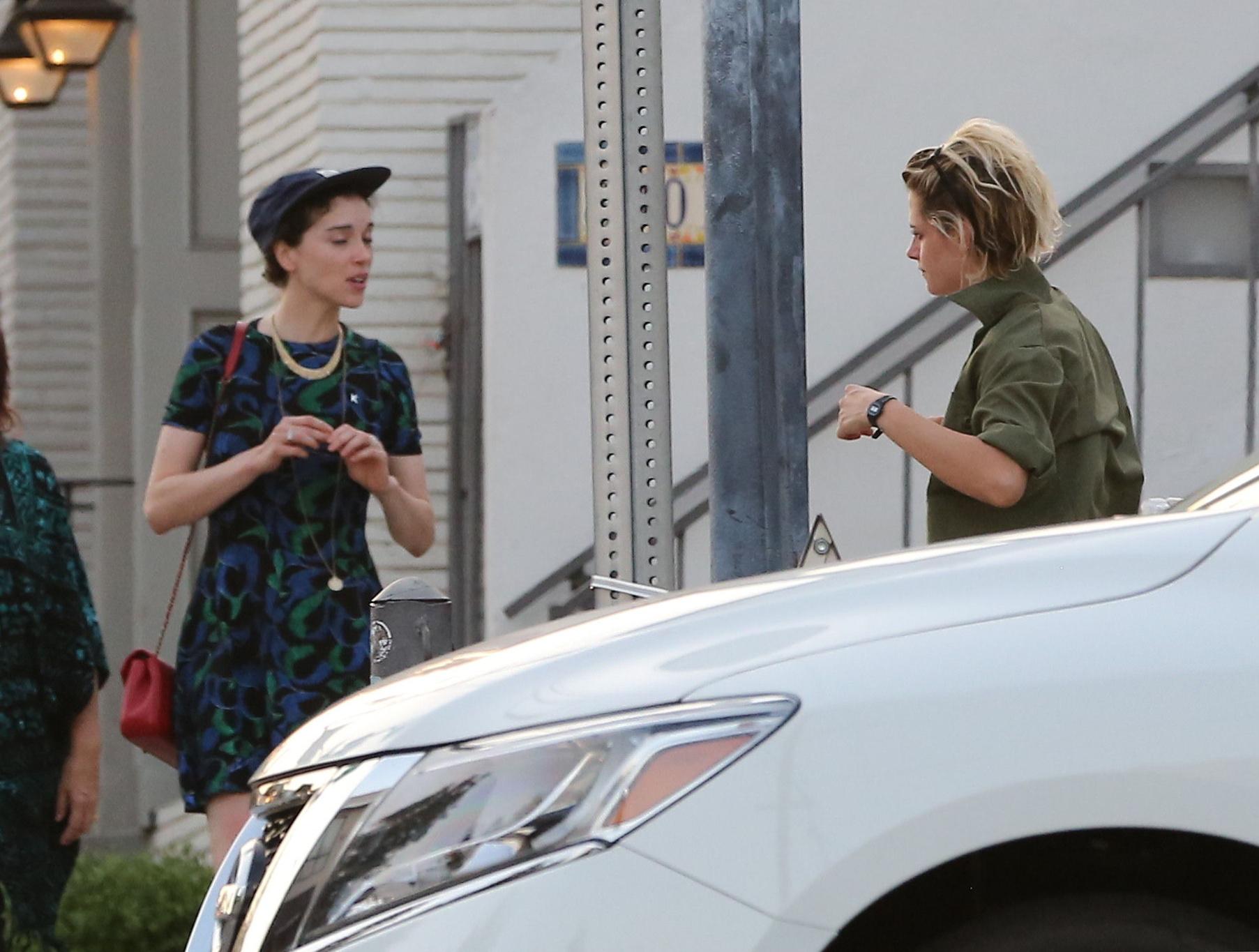 PREMIUM EXCLUSIVE Kristen Stewart and St Vincent dinner together_Part2