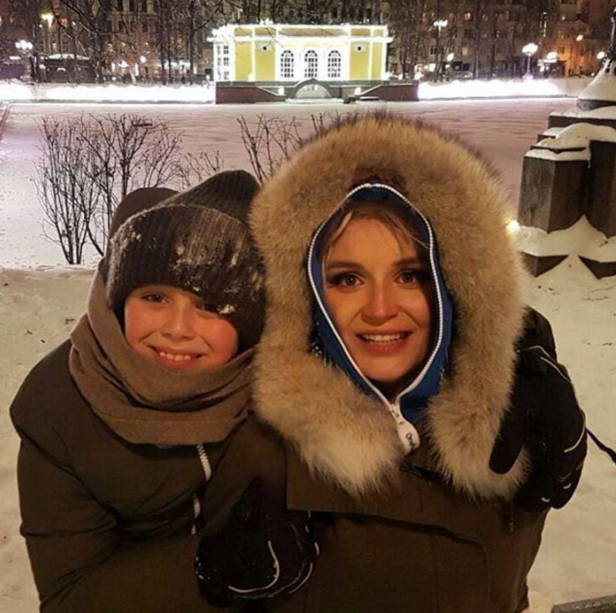 Полина Гагарина гуляла по Патриаршим прудам с сыном