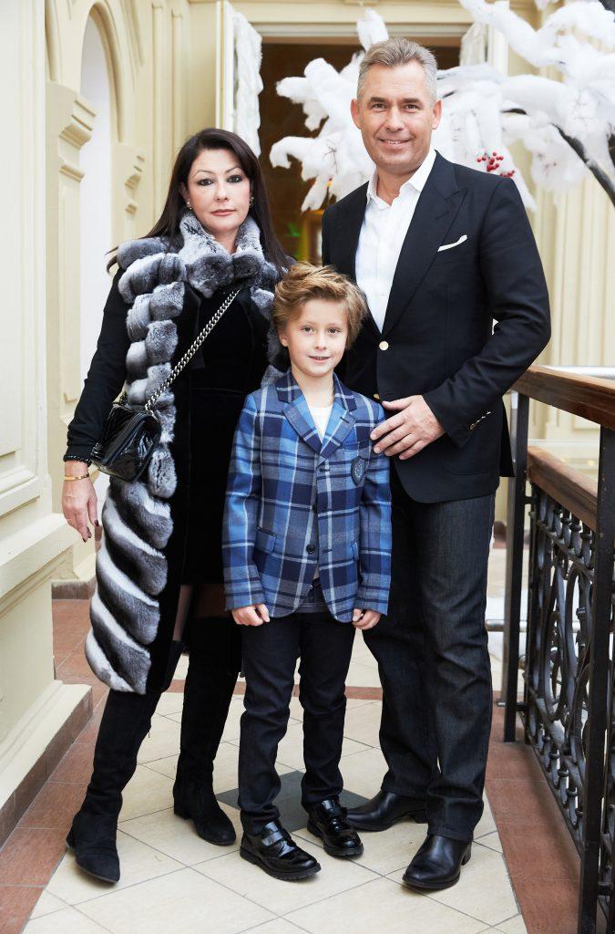 Светалана и Павел и Астаховы с сыном Аресением на показе BOSCO Bambino