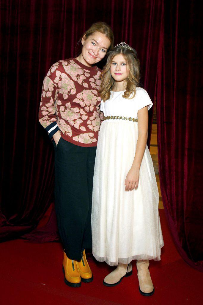 Виктория Толстоганова с дочкой Варварой на показе BOSCO Bambino