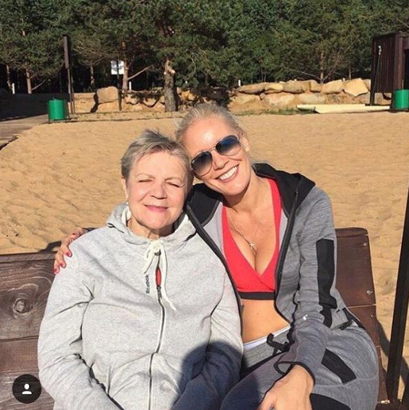 Лена Летучая поздравляла маму с днем рождения