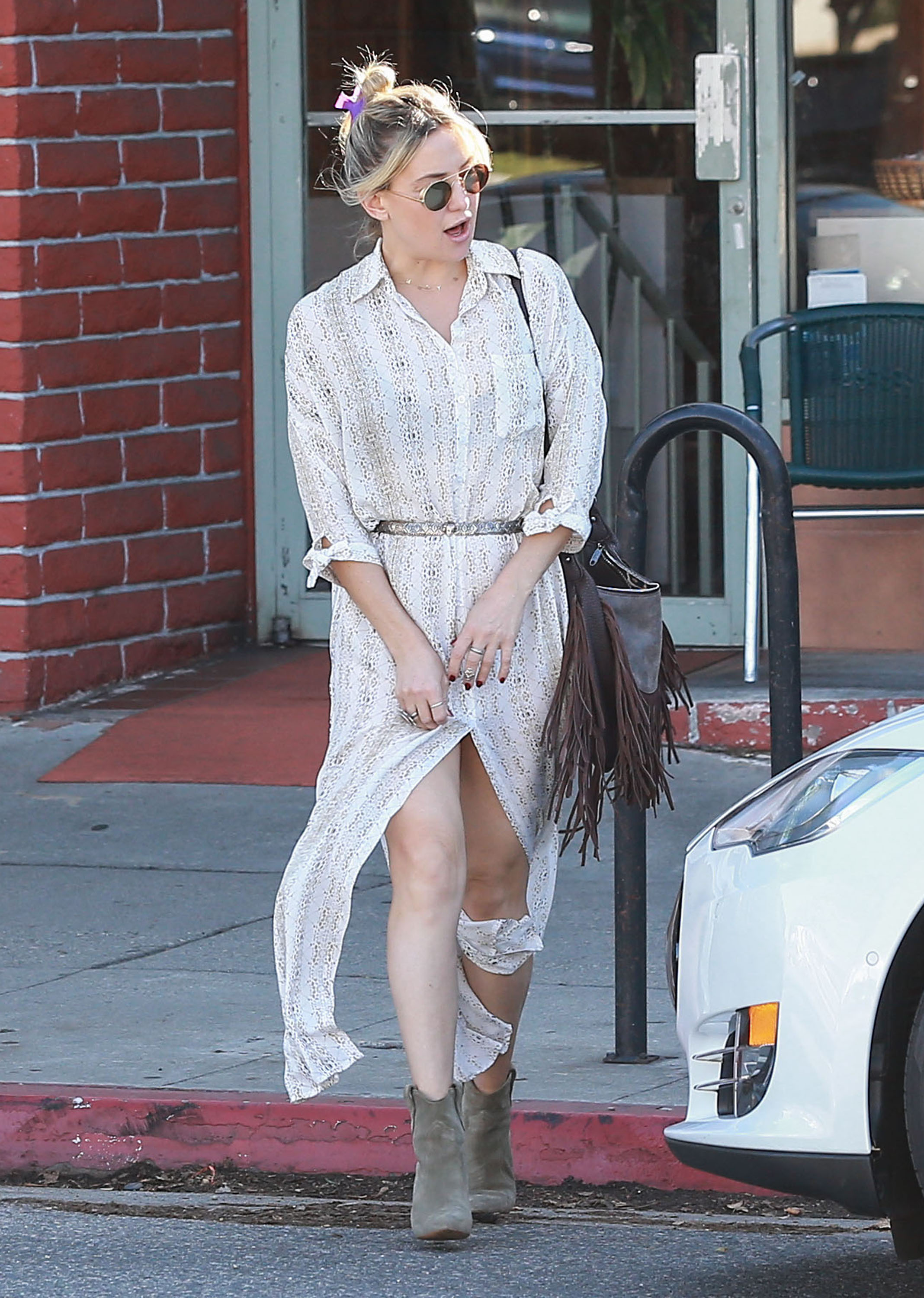 Kate Hudson Takes Goldie Hawn & Kurt Russell Out For Breakfast