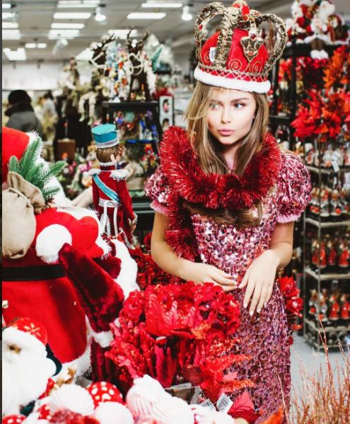 Стеша Маликова посетила елочный базар в ЦУМЕ