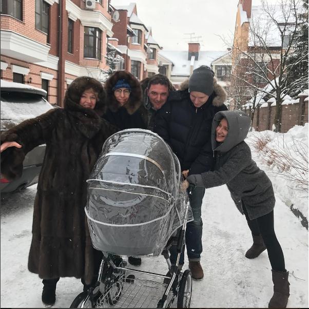 Ксения Собчак вышла на прогулку со своим малышом