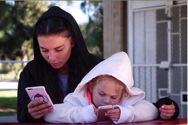 Анна Седокова провела время со своими дочерьми Моникой и Алиной
