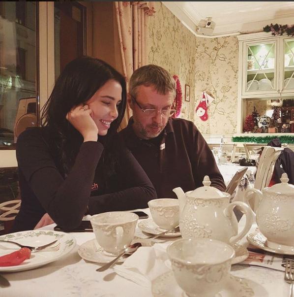 Анастасия  Решетова встретилась с папой за чашкой чая