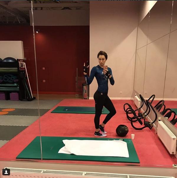 Настасья Самбурская позанималась в спортзале