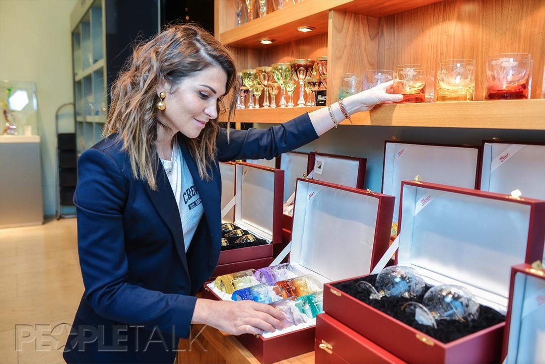 Лаура джугелия выбирает подарки в доме фарфора