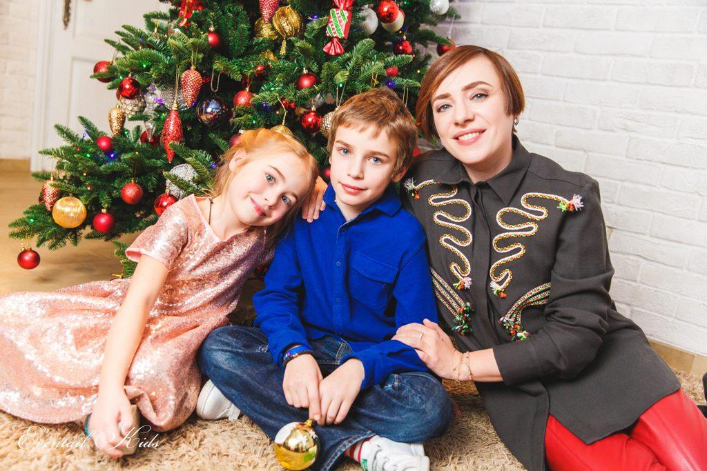 Тутта Ларсен с сыном Лукой и дочерью Марфой