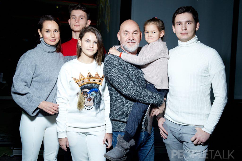 Екатерина и Сергей Кожевниковы с сыном Федором, дочерьми Татьяной и Екатериной и сыном Тимофеем