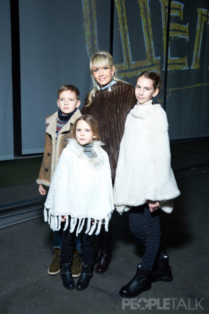 Яна Расковалова с сыном Вадимом и дочерьми Василисой и Вероникой