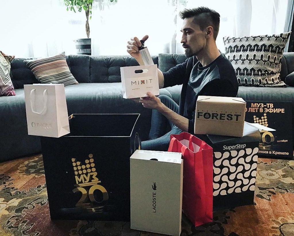 Дима Билан разбирал подарки на день рождения