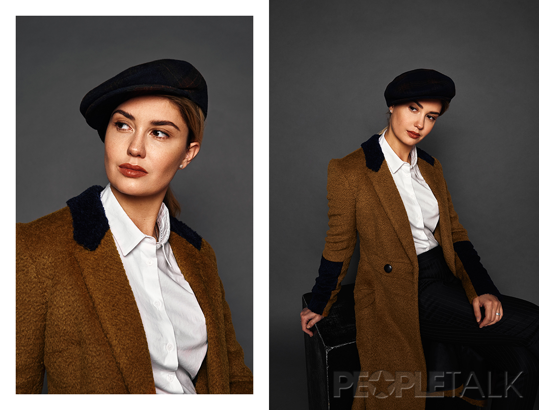 Пальто, Форма; брюки, VASSA&Co; блузка, Mango; кепи, собственность стилиста