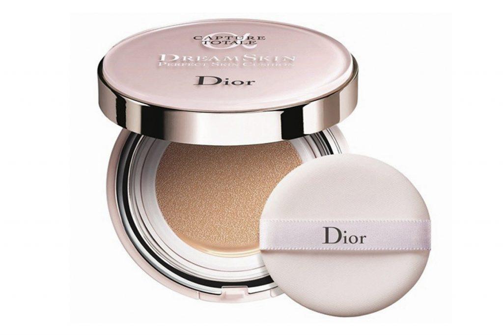 Кушон Dior Dreamskin Perfect Skin Cushion SPF 50 PA +++, цена по запросу. С высоким фактором защиты – выполняет одновременно и декоративные функции, и ухаживает за кожей.