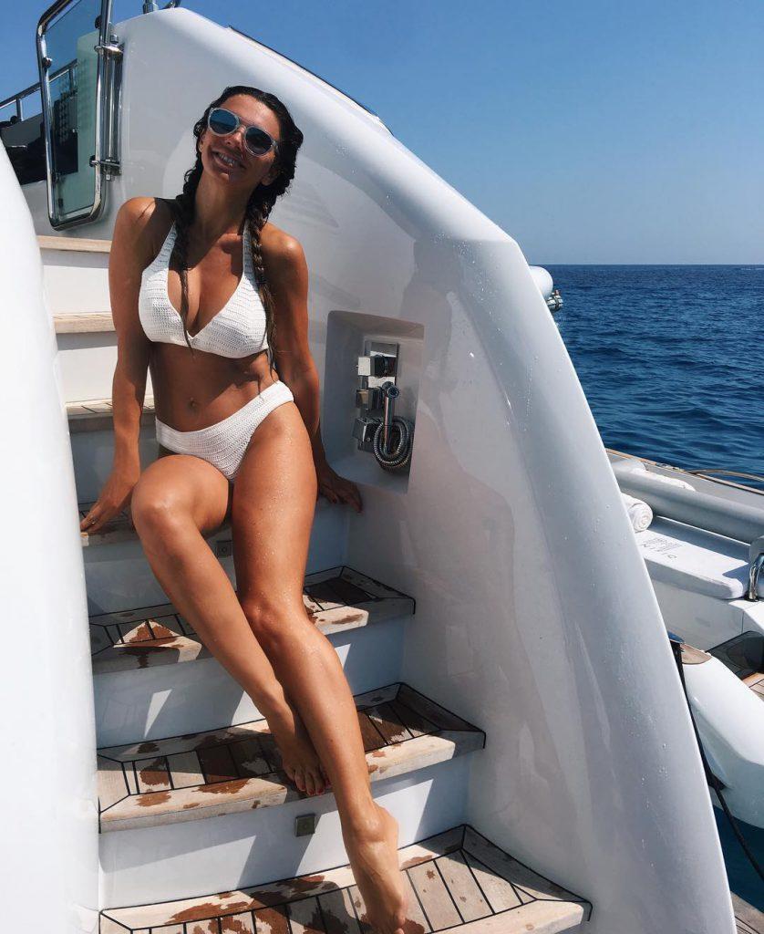 Анна Седокова нежилась на солнышке