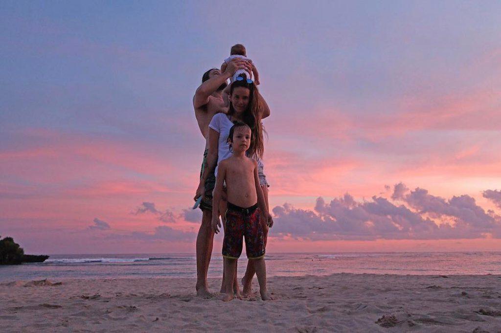 Айза с мужем и сыновьями Элвисом и Сэмом