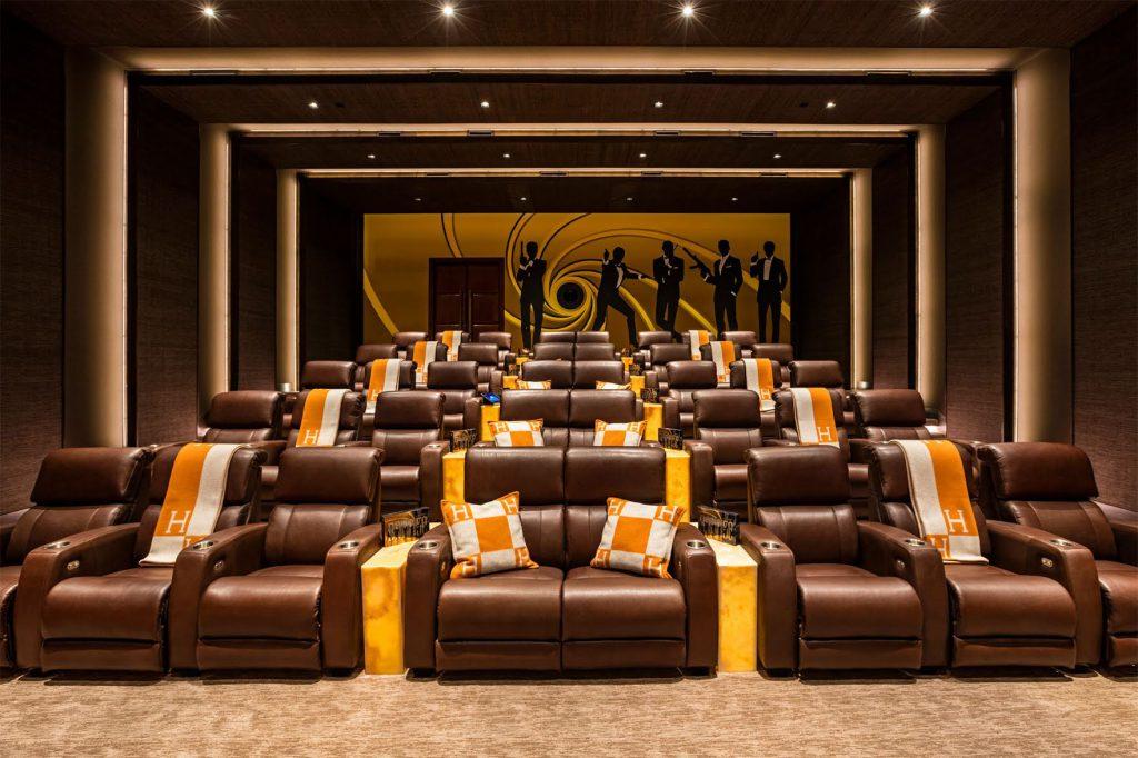 Кинотеатр, в котором есть диваны для влюбленных парочек