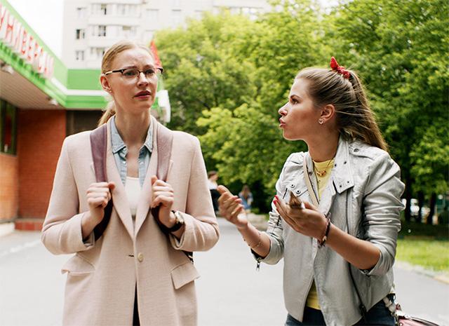 Светлана Ходченкова и Юлия Топольницкая в сериале «Вы все меня бесите»
