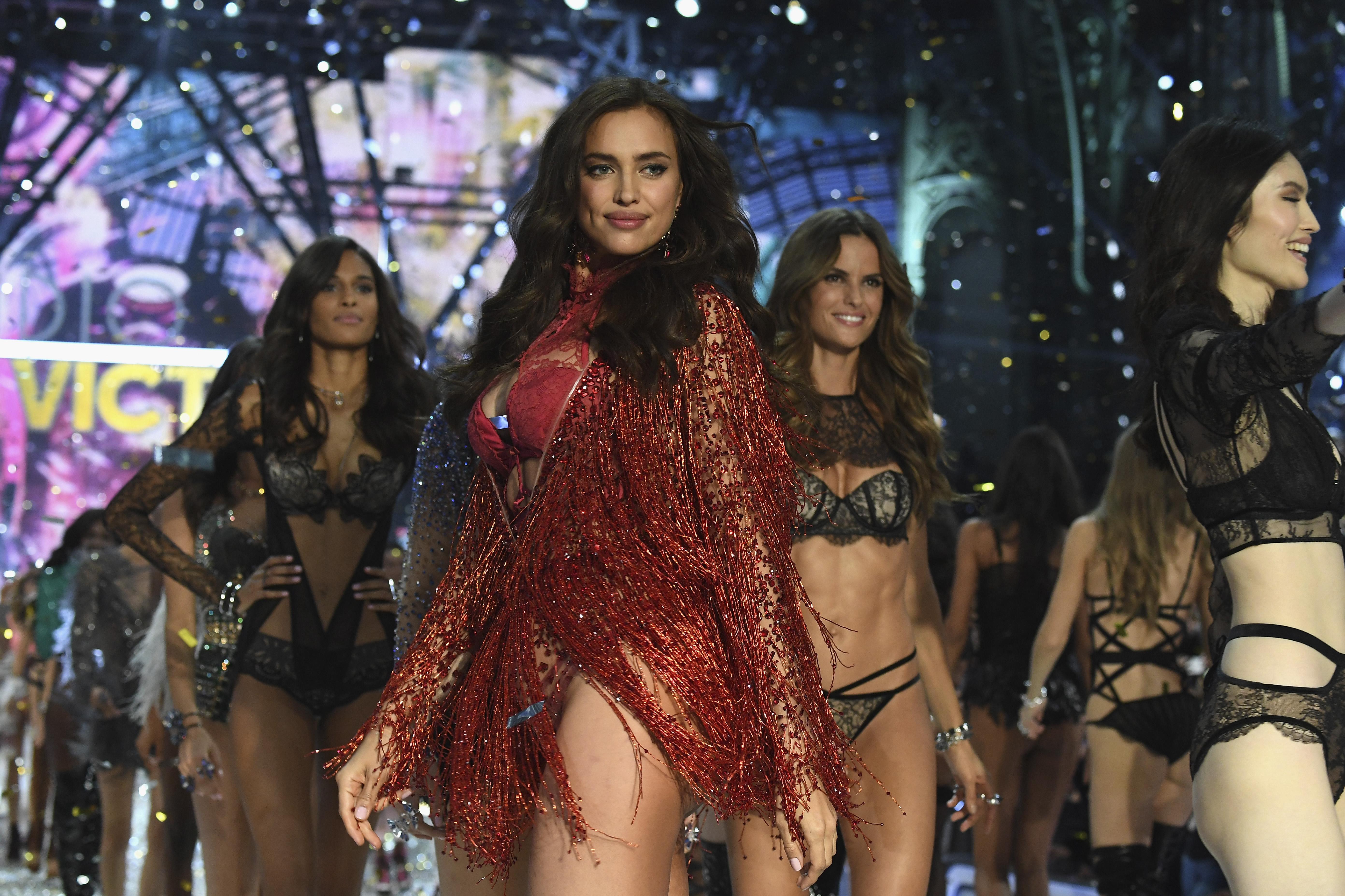 Ирина Шейк на показе Victoria's Secret в 2016 году