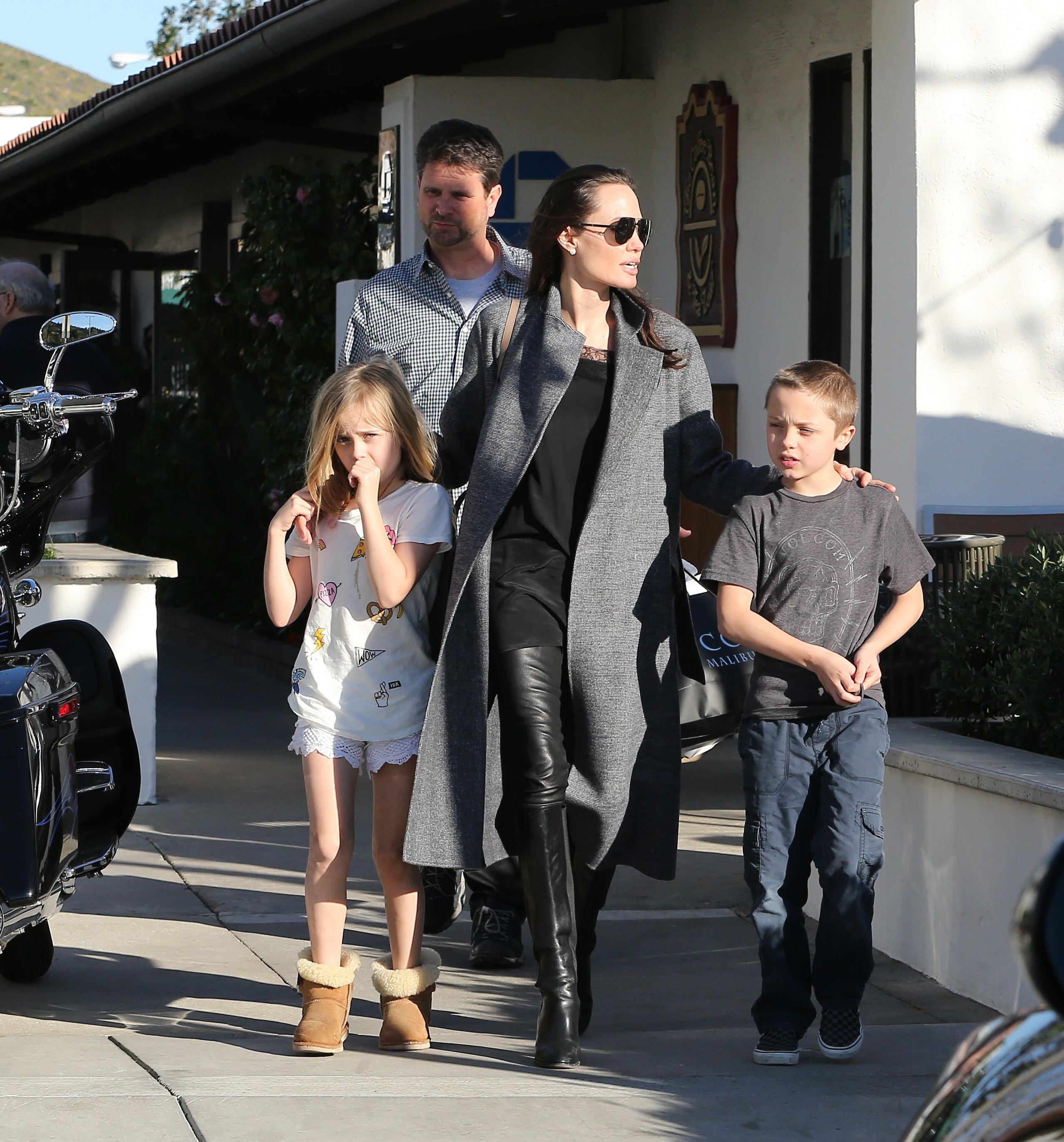 Анджелина Джоли на прогулке с детьми в Малибу