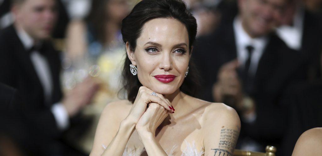 По словам косметологов, к ним часто приходят девушки и просят увеличить им губы, как у Анджелины Джоли (42).