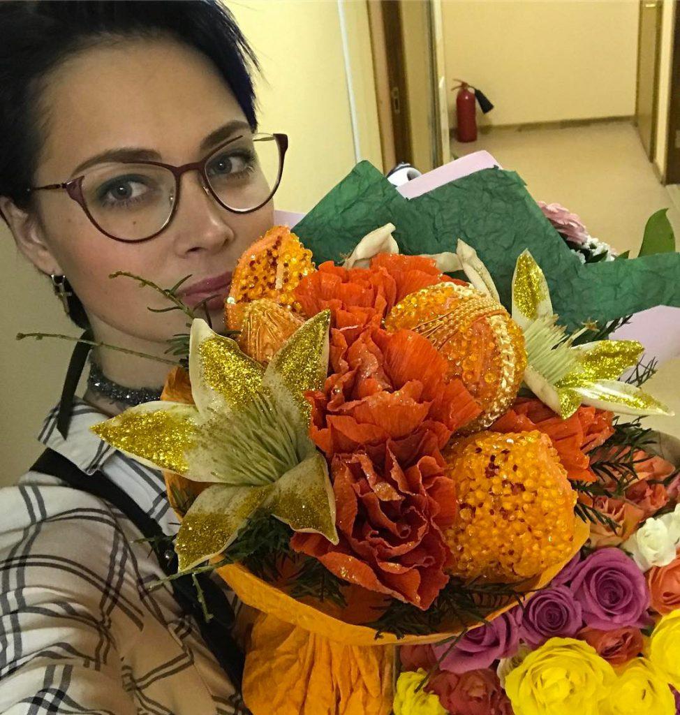 Настасья Самбурская получила цветы от поклонника