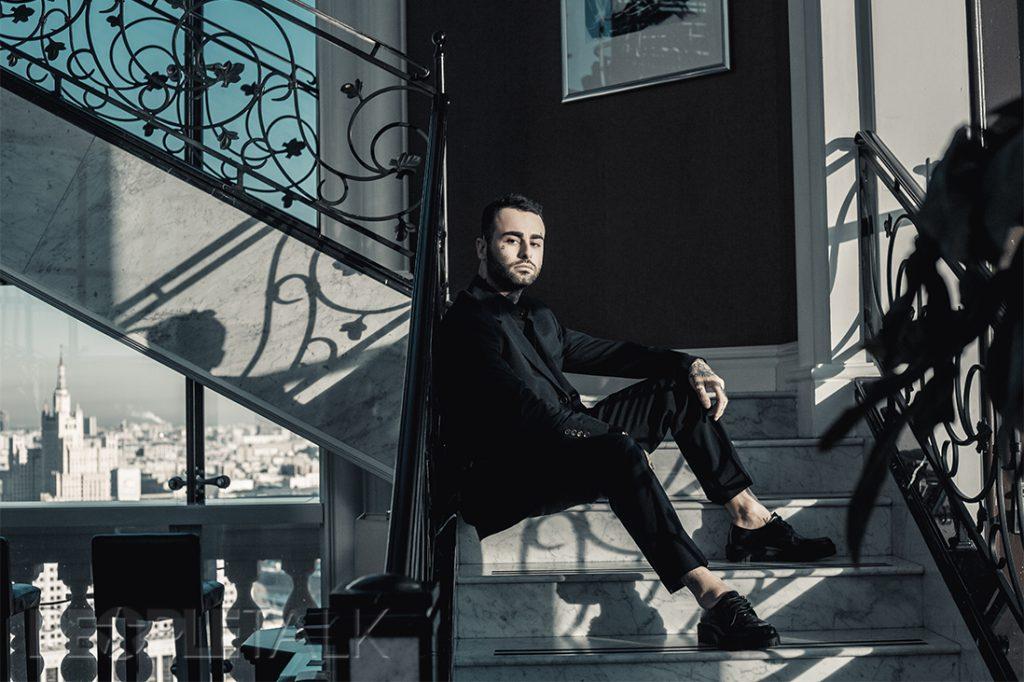 Костюм, Brunello Cucinelli; сорочка, ботинки, Zara