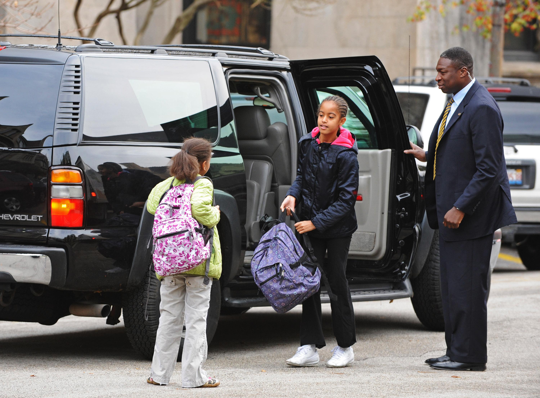 Саша и Малия по дороге в школу