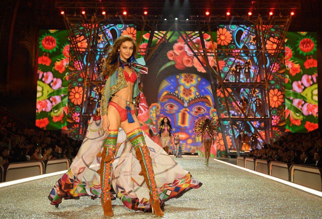 Джиджи Хадид на показе Victoria's Secret
