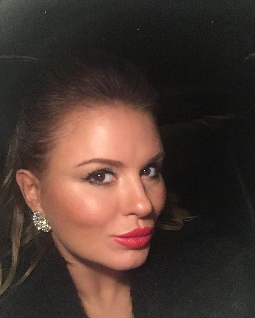 Анна Семенович хвасталась красной помадой