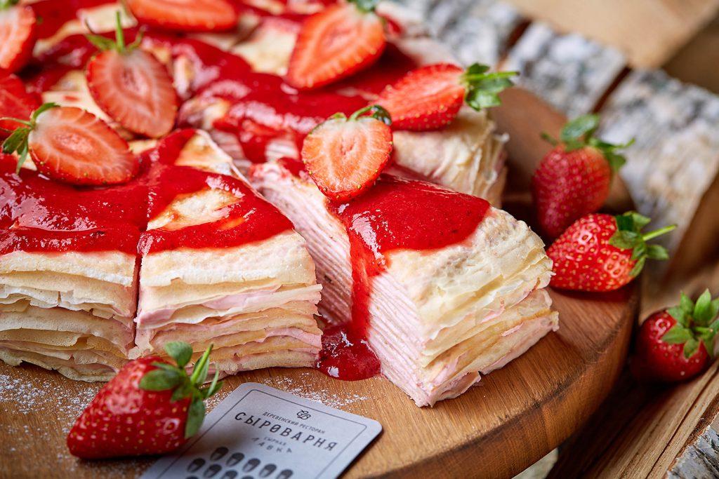 Блинный торт с клубникой и сырным кремом (450 р.)