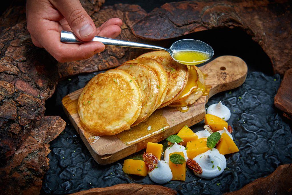 Оладьи на кефире и рисовой муке с тартаром из манго (440 р.).