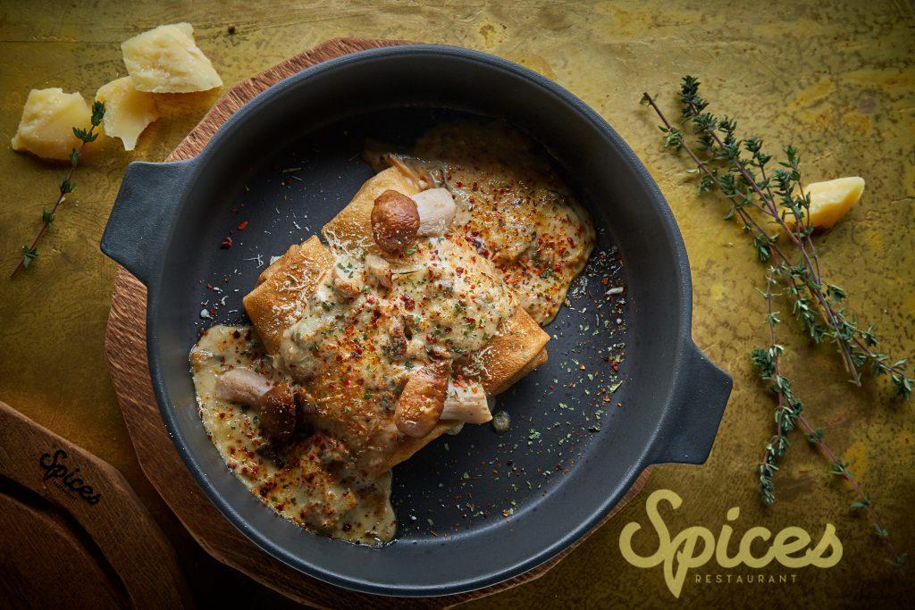 Печеные блины с грибами, соус из пажитника и розмарина (350 р.)