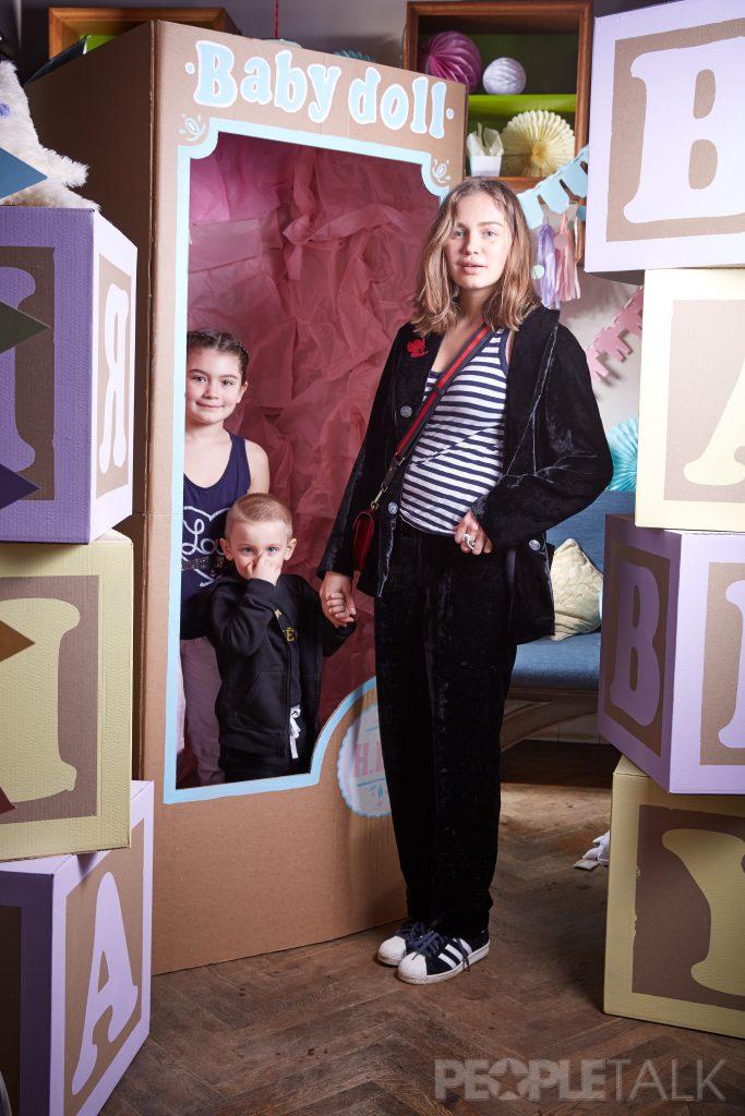 Алена Кочеткова с детьми