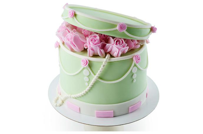 Тем, кто хочет покорить ее сердце и готов сделать ей предложение, стоит преподнести торт в виде шкатулки с розами (2 кг — 5600 р.).