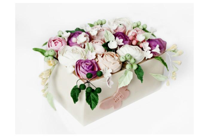 Коллегам понравится торт, собранный из белых и розовых роз (2,5 кг — 7840 р.).