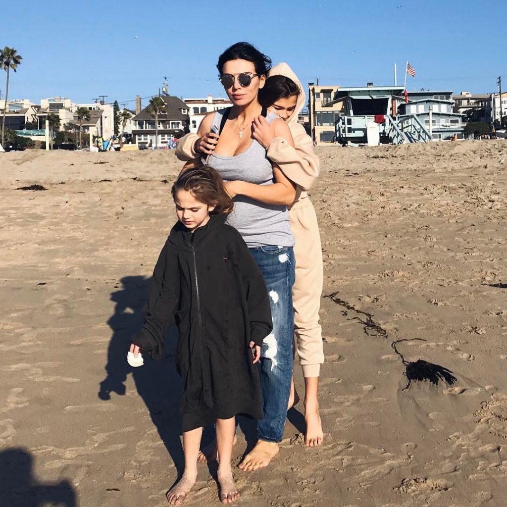 Анна Седокова уехала с детьми в Санта-Монику