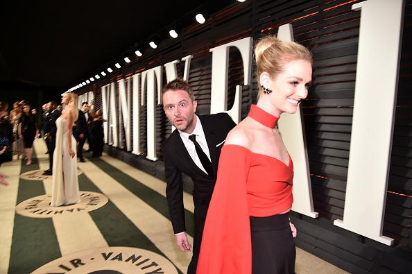Крис Хардвик прячется от фотографов за спиной своей жены Лидии Херст