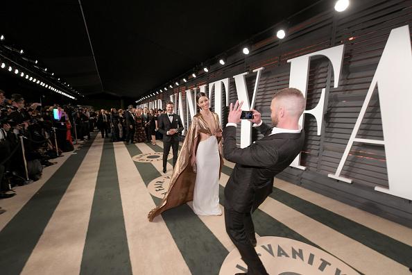 Джастин Тимберлейк фотографирует Джессику Бил на красной дорожке