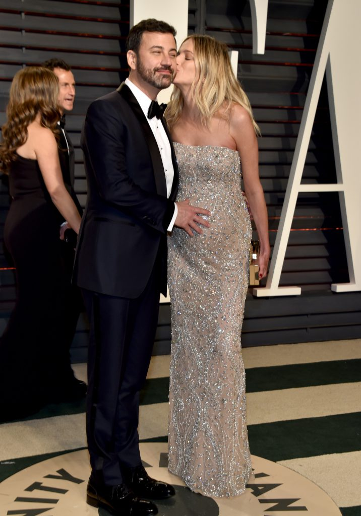 Беременная Молли МакНирни целует своего мужа и ведущего церемонии Джимми Киммела